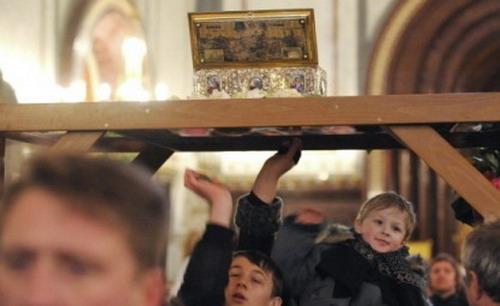 Верующие прикасаются к ковчегу с Поясом Пресвятой Богородицы в храме Христа Спасителя в Москве. Фото РИА Новости©