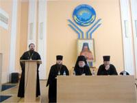 Выступление о. Ильи Шугаева | Фото с сайта hvs.kz
