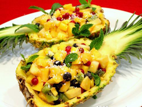 Салат в ананасе | Фото с сайта kuharka.com
