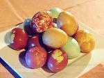 Четыре способа окраски пасхальных яиц без «химии». Видеорецепт